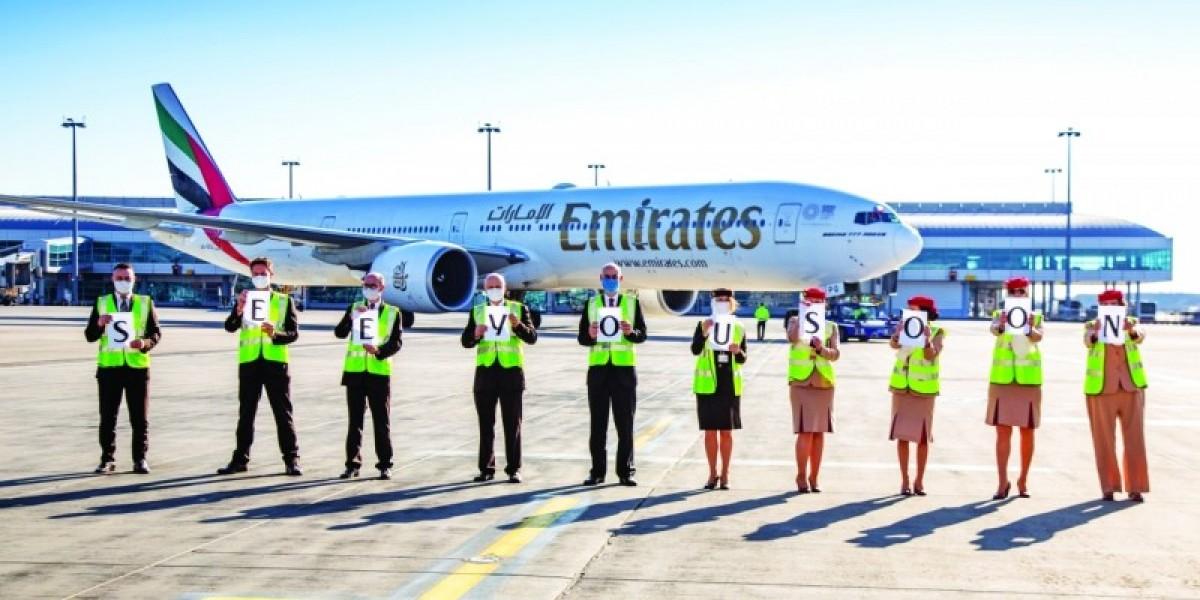 موظفو طيران الإمارات يلوّحون للطائرات بعبارة إلى لقاء قريب